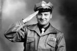 Erik i fin uniform som nybliven bensinstationsinnehavare.