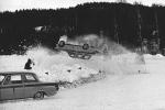 Den här vådliga luftfärden på Haresjön i Bengtsfors kostade ett SM-Guld. Svante Vorrsjö är på väg ur bild, men han fick bensinstopp ett varv senare. Picko Troberg syns i snöröken.