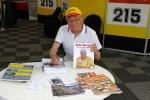 Erik signerar böcker och delar ut turistbroschyrer om Bengtsfors.