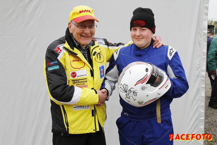 Tävlingens äldste och yngste. Erik Berger snart 90 år gratulerar Melwin Nilsson just 15 år till hans första segrar i racing.