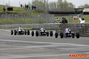 Viktor Ljungdahl vinner det första Formel Ford-racet efter en hård fight med bröderna Oscar och John Thim.