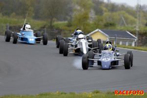 John Thim låser upp en aning på väg mot seger i andra racet för Formel Ford. Här ligger han före Viktor Ljungdahl, Oscar Thim och Henrik Hansson.