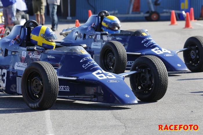Bröderna John och Oscar Thim koncentrerar sig före starten i Formel Ford.