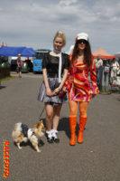 Välklädda damer och hund från Norge. Alla som besöker Velodromloppet uppmanas klä sig i 40-, 50- och 60-talsstil.