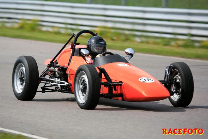Lars Jonsson var ett aktat namn i Formel Vee för tio år sedan. I dag har sonen Wilmer tagit över taktpinnen.
