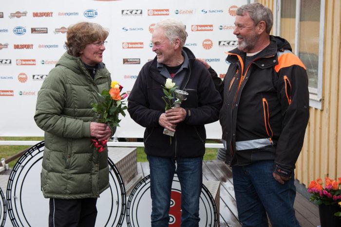 """Britt och Rolf """"Myggan"""" Nilsson firade 50-årig bröllopsdag på Kinnekulle och gratuleras här av SSK´s ordförande Göran Sembe."""
