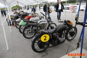 Det blir mycket nostalgi och mycket historia när de gamla motorcyklarna körs under lunchuppehållet. Både förarna och cyklarna har oftast en lång och intressant historia.