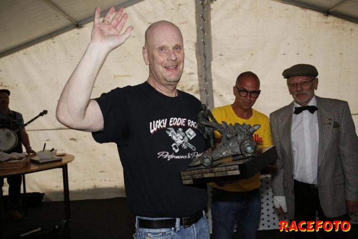 Micke Östberg fick mottaga RHK´s vandringspris Ronnie Petersonstatyn till folkets jubel.