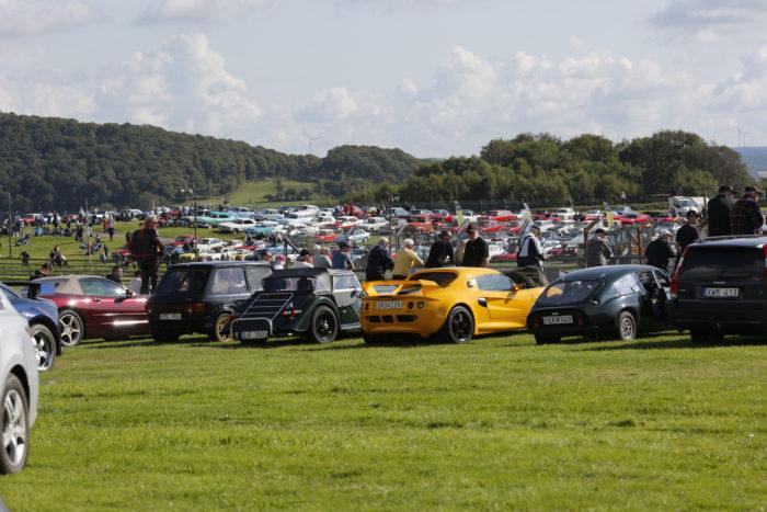 Det fanns många vackra bilar att beundra även bredvid banan.