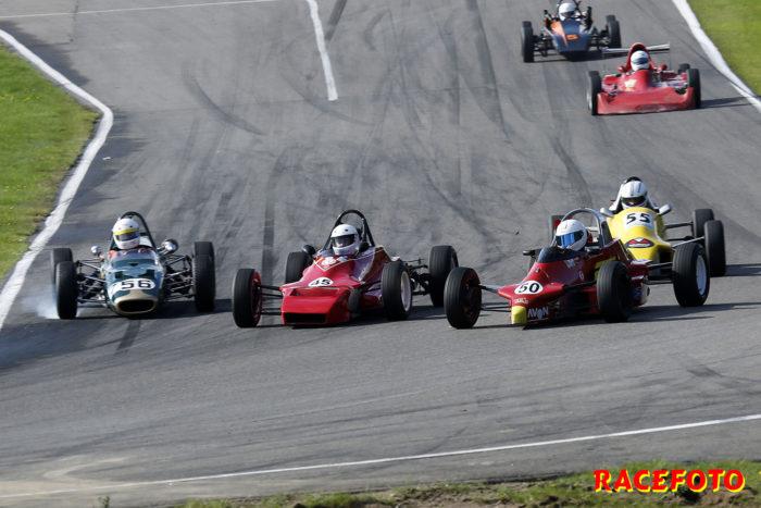 Det blir trångt när alla vill in samtidigt i första kurvan i Formel Ford.
