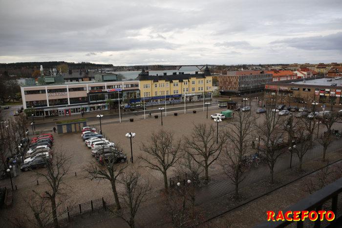 Vy över torget och den nya bron från hotellet i Motala.
